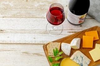 チーズと赤ワインの写真・画像素材[2392993]