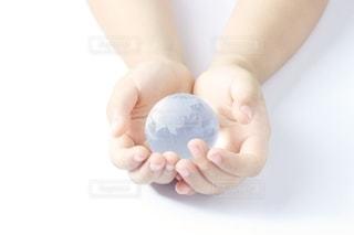 子供の手と地球の写真・画像素材[2393001]