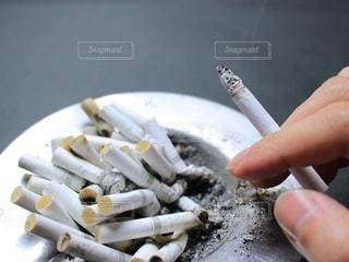 タバコの吸い殻の写真・画像素材[2393018]