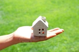 手の上の家の写真・画像素材[2393032]