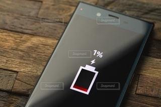 スマホバッテリー1%の写真・画像素材[2637426]