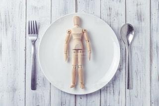 白い皿の上の人形の写真・画像素材[2837483]