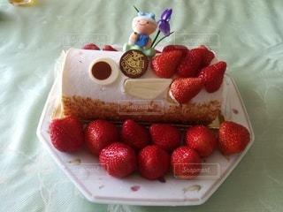 皿の上のケーキの写真・画像素材[2392862]