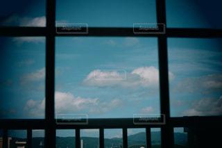 ガラス窓からの写真・画像素材[2393540]