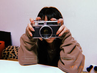 フィルムカメラを構えるの写真・画像素材[2449568]