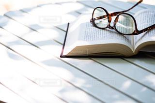 書籍の置かれたテーブルの写真・画像素材[2407263]