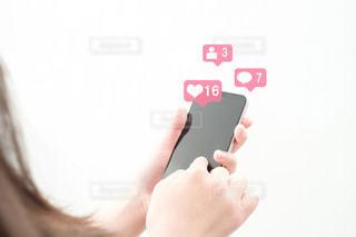 携帯電話を持つ手の写真・画像素材[2407261]