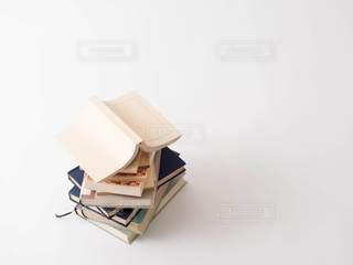 積み重ねた本の写真・画像素材[2991352]