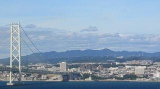 都市を背景にした大きな水域の写真・画像素材[2492372]