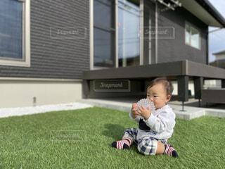 庭でボール遊びする赤ちゃんの写真・画像素材[4031197]