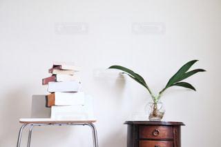 テーブルの上の花瓶の写真・画像素材[2406589]