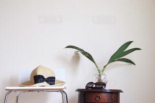 机の上に座っている花瓶の写真・画像素材[2406590]