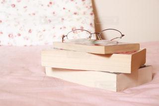 ベッドの上で読書の写真・画像素材[2409418]