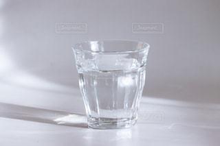 テーブルの上の水のコップの写真・画像素材[2423943]