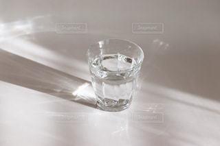 コップ1杯の水の写真・画像素材[2423944]