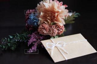 テーブルの上の花瓶の写真・画像素材[2436734]