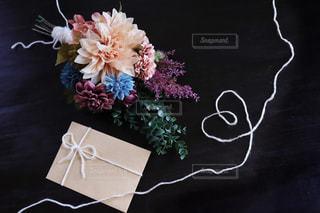 テーブルの上の花瓶の写真・画像素材[2436737]