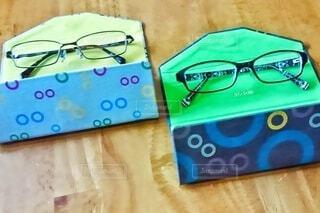 テーブルの上に2つのメガネの写真・画像素材[4322451]