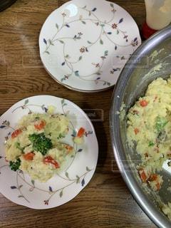 テーブルの上のポテトサラダの写真・画像素材[2800226]