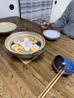 土鍋に作った2人前の鍋焼きうどん。日本酒を呑みながら。の写真・画像素材[2854127]