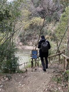 チバニアンに向かう階段を下る男性の写真・画像素材[2928962]