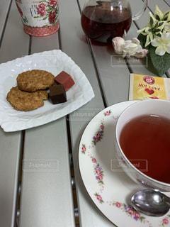 クッキーとチョコとローズヒップティーの写真・画像素材[2931336]