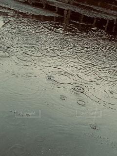 屋上に雨が降り続けています。の写真・画像素材[3440876]