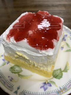 イチゴジャムが爽やかなムース系ケーキの写真・画像素材[3721250]