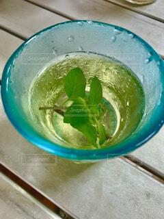 爽やかな色の琉球ガラスに入れたミントティーの写真・画像素材[4762968]