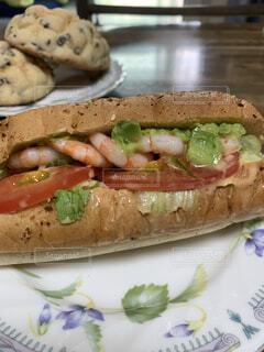 ボリューム満点のエビアボカドのサンドイッチ。の写真・画像素材[4815496]