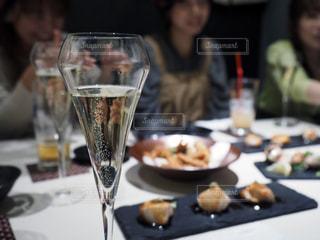 テーブルに並んだ料理とシャンパングラスの写真・画像素材[2399589]