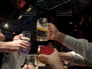 今夜は飲むぞ!の写真・画像素材[2405673]