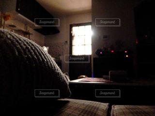暗いリビングの写真・画像素材[2426235]