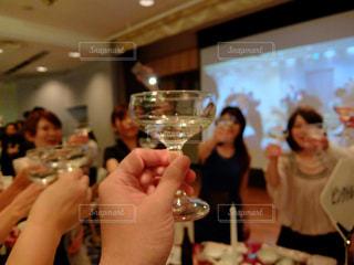 シャンパンで乾杯の写真・画像素材[2426246]