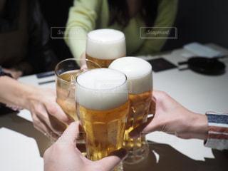 ビールと酎ハイで乾杯の写真・画像素材[2497098]