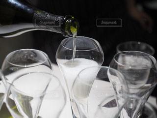 シャンパンをグラスに注ぐの写真・画像素材[2497118]