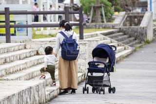 散歩する親子の写真・画像素材[2497156]
