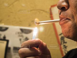 たばこに火をつけるの写真・画像素材[2608705]