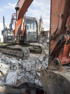 解体工事中のショベルカーの写真・画像素材[2608826]