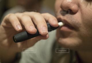 加熱式たばこを吸うの写真・画像素材[2608934]