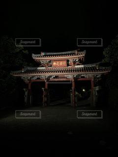 暗闇に浮かぶ守礼門の写真・画像素材[2678825]