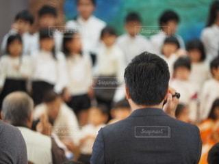 学芸会を撮るお父さんの写真・画像素材[2726231]