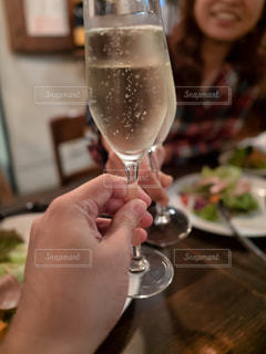 シャンパンを飲みながら食事をするの写真・画像素材[2766760]