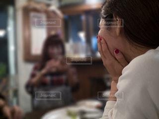 食事会で会話を聞く女性の横顔の写真・画像素材[2798507]