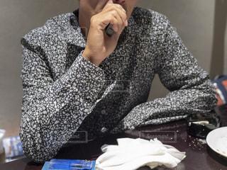 加熱式たばこを吸う男性の写真・画像素材[2798512]