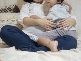 子供を膝に座らせる妊婦さんのマタニティフォトの写真・画像素材[2978850]