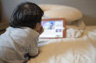 タブレット端末で動画を見る子供の写真・画像素材[3081652]
