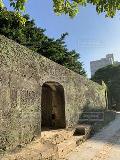沖縄にある崇元寺の歴史ある石積みの門の写真・画像素材[3589844]