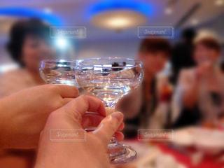 披露宴パーティーで女性と乾杯する。の写真・画像素材[3590954]