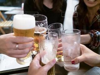 飲み会で女性とお酒で乾杯するの写真・画像素材[3627535]